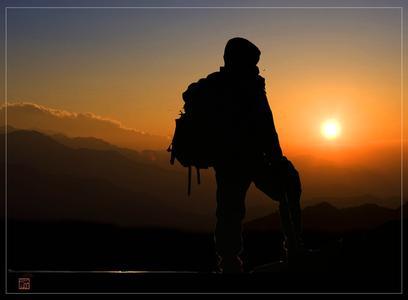 一个人背包旅行背影_